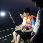 Tour du lich coto Quảng Ninh với hoạt động câu cá mực ban đêm hấp dẫn